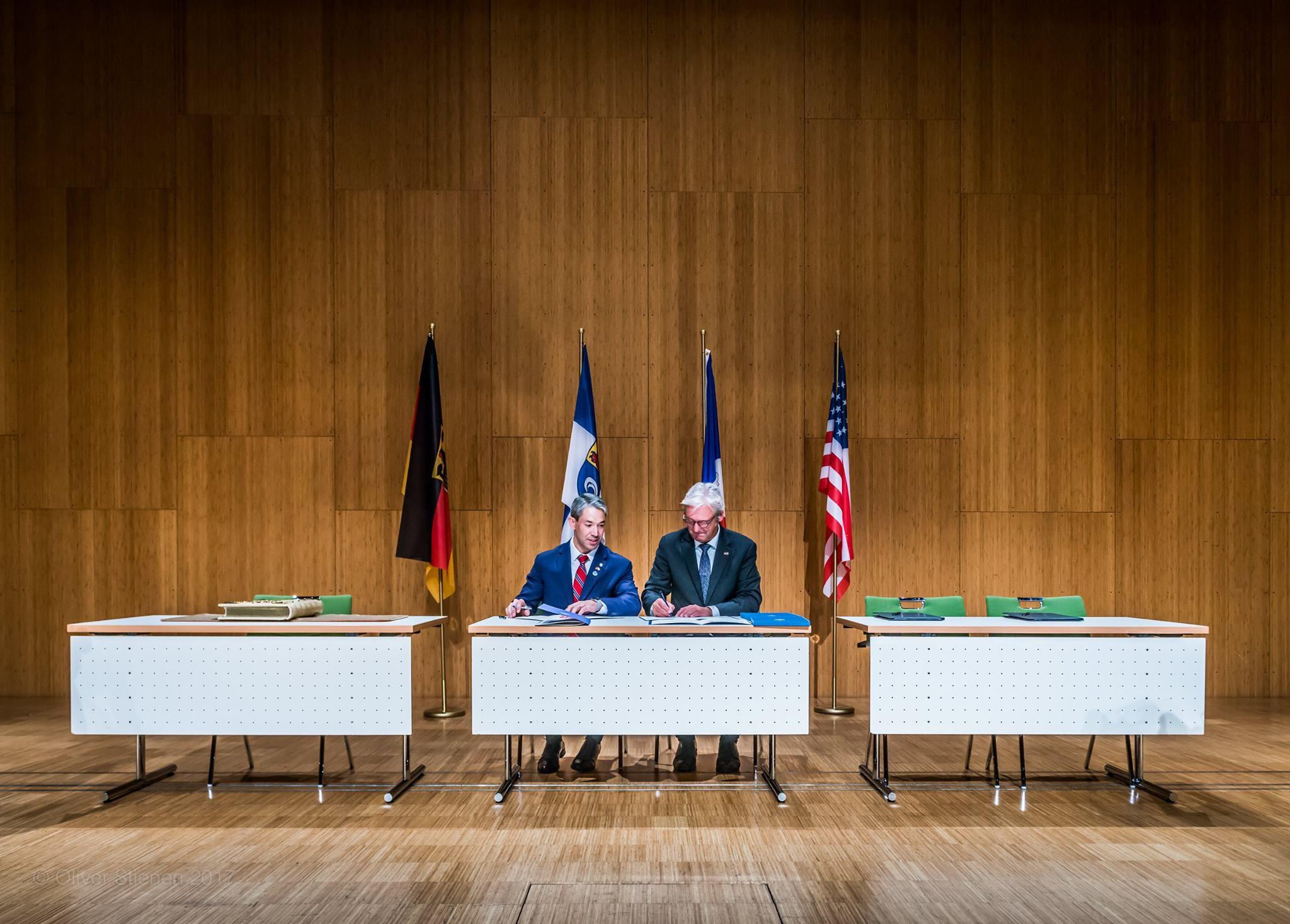 Oliver Stienen: Unterzeichnung Städtepartnerschaft Darmstadt San Antonio im Darmstadium