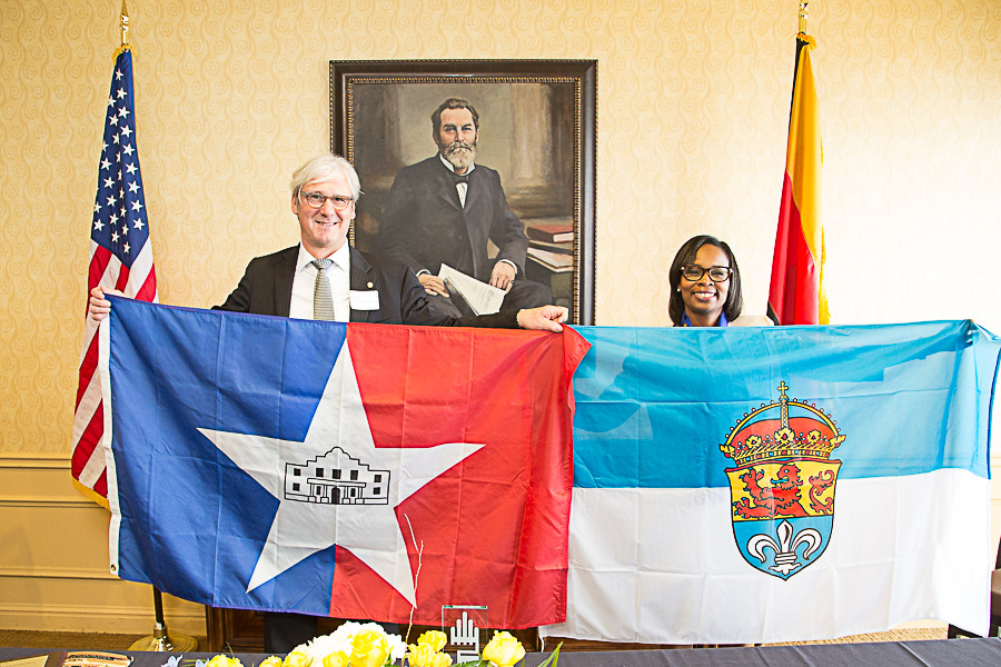 Städtepartnerschaft Darmstadt San Antonio- Mayors hold respective flags for each Friendship City.